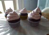 Cupcakes veloci al cacao con crema al formaggio e lamponi